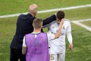 Zidane saluda a Fede Valverde tras la expulsión del uruguayo en la final de la Supercopa.