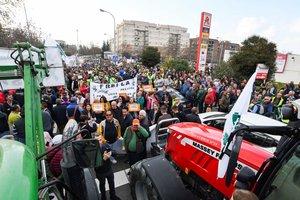 Agricultores y ganaderos durante la manifestación junto a una multitudinaria tractorada en la zona Norte de Granada.