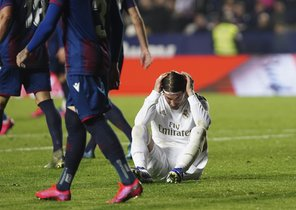 El madridista Sergio Ramos (d) se lamenta tras una ocasión fallada ante el Levante.