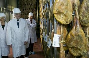 El líder del PP, Mariano Rajoy, durante una visita este jueves a la fábrica Navidul.