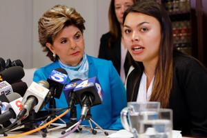 La abogada Gloria Allred observa a su cliente, Danielle Mohazab, una de las jóvenes que ha denunciado abusos del ginecólogo George Tyndall.