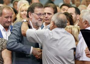 GRA067 MADRID, 19/06/2016.- El presidente del Gobierno en funciones y del Partido Popular, Mariano Rajoy, saluda a un simpatizante a su llegada al mitin electoral que su partido celebra hoy en Lleida. EFE/Andreu Dalmau