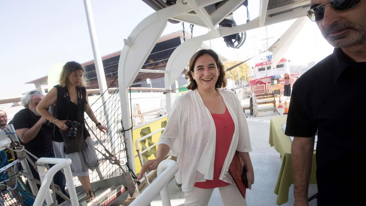 Ada Colau visita el barco Rainbow Warrior de Greenpeace.
