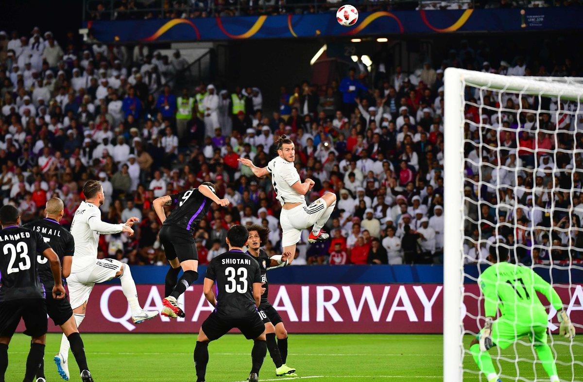Bale observa el balón en un centro durante el partido Madrid-Al Ain.