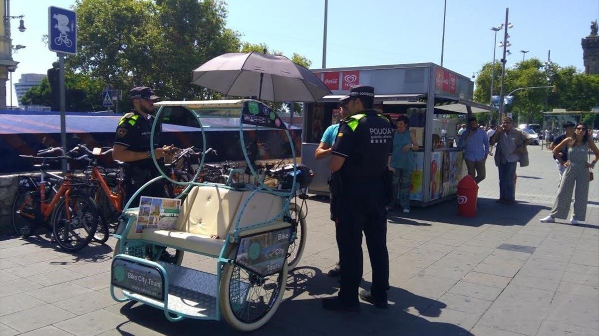 Agentes de la Guardia Urbana, en un control de bicitaxis.