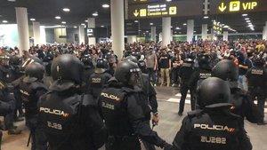 Agentes de policía durante la protesta de Tsunamien el aeropuerto de El Prat.