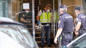 Agentes de la Policía Nacional este domingo en un edificio de Santander puesto en cuarentena despuésde que la Consejería de Sanidad del Gobierno de Cantabria haya confirmado un brote de covid-19.