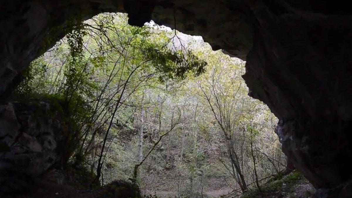 En esta colina de piedra calcárea se encuentran hasta cuatro cuevas. Tres habitadas hace 27.000 años y una con vestigios de hace 14.000 años.