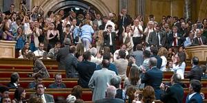 Algunos diputados (en primer término) y decenas de simpatizantes de la causa antitaurina (al fondo, de pie) celebran el resultado de la votación, ayer.