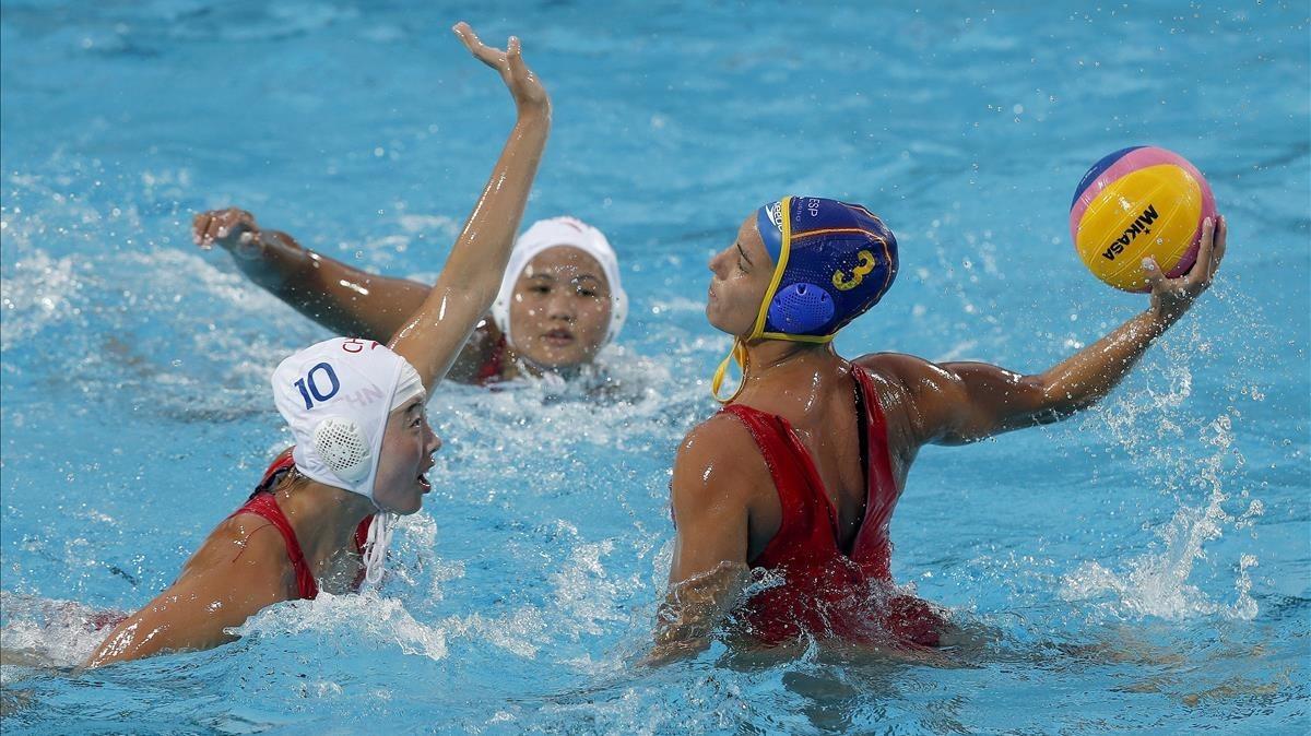 Ani Espar lanza dante la defensa de la china Danyi Zhang .