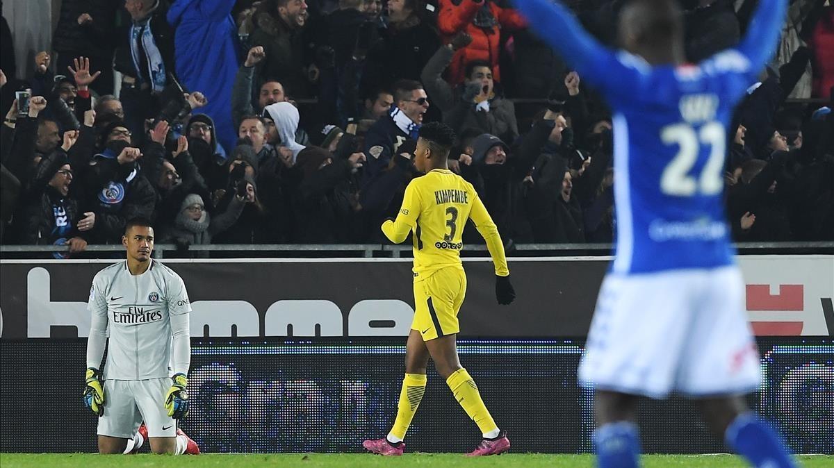 Areola, portero del PSG, tras encajar el segundo gol del Estrasburgo.