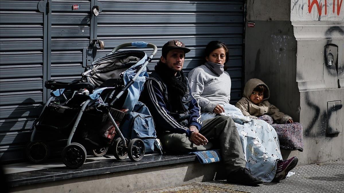 Una familia afectada por la crisis en una calla de Buenos Aire.