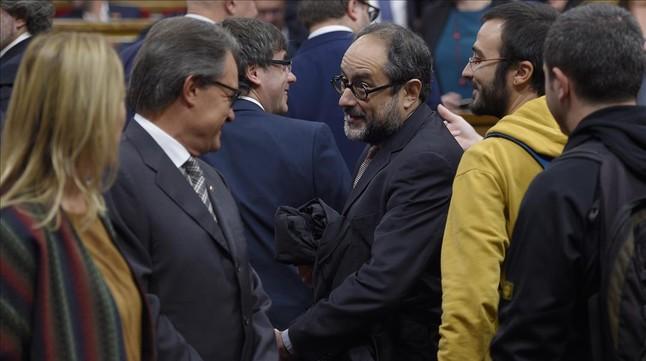 Artur Mas y Antonio Baños se saludan el pasado lunes antes del pleno de constitución del Parlament.