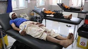 Heridos de los bombardeos son atendidos en un hospital.