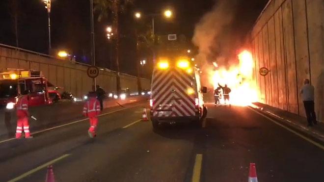 Autobús quemado en la Ronda de Dalt de Barcelona.