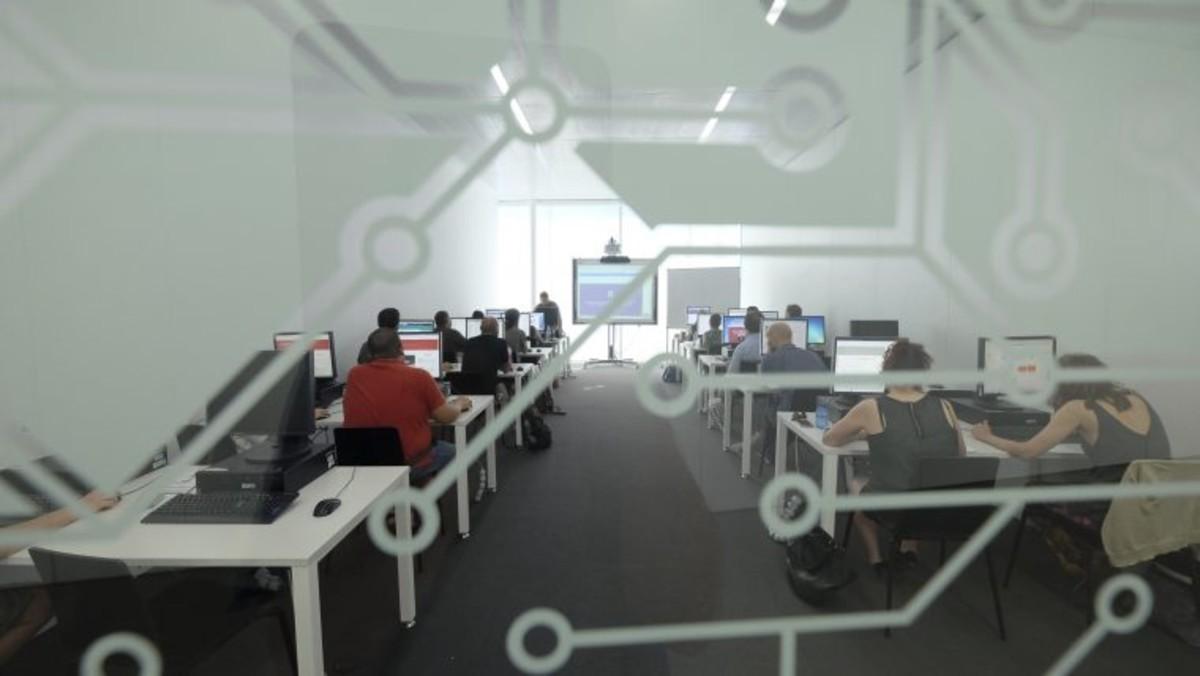 Més formació tecnològica per a joves, professionals i jubilats