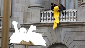 El Ayuntamiento de Barcelona vuelve a colgar en su fachada un lazo por la libertad de los presos.