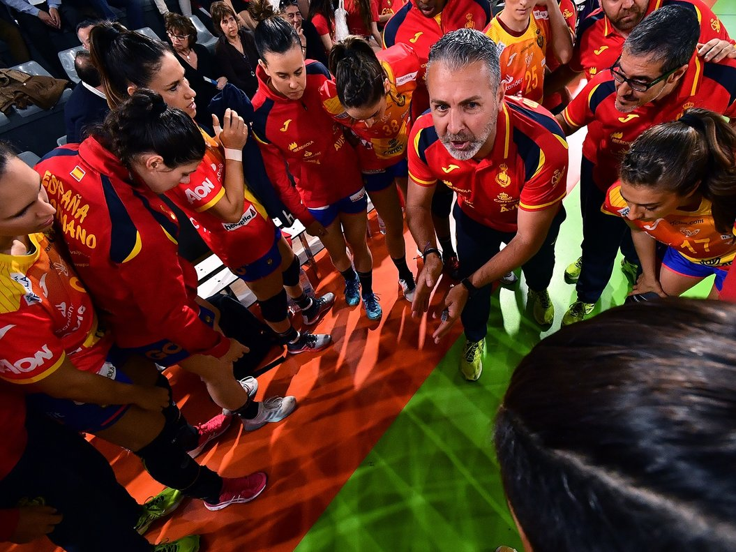 Carlos Viver aconseja a sus jugadoras.