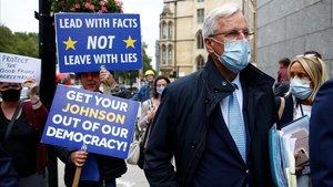 Un manifestantes 'anti-brexit' muestra su apoyo al negociador de la UE,Michel Barnier, hoy e Londres.