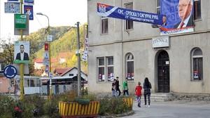 Calle principal de Srebrenica, cubierta por pósteres electorales, el 28 de septiembre.