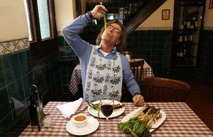 Joan Ricard, come 'calçots' en El Glop de Gràcia.