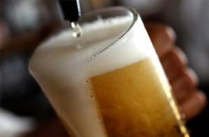 Un camarero sirve una pinta de cerveza en un pub de Londres, Reino Unido.