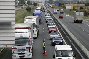 Camiones en un control policial en la N-2 en Azuqueca de Henares (Madrid)