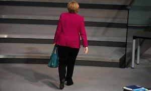 La cancillera alemana, Angela Merkel, abandona la sala de plenos durante un debate en el Bundestag.
