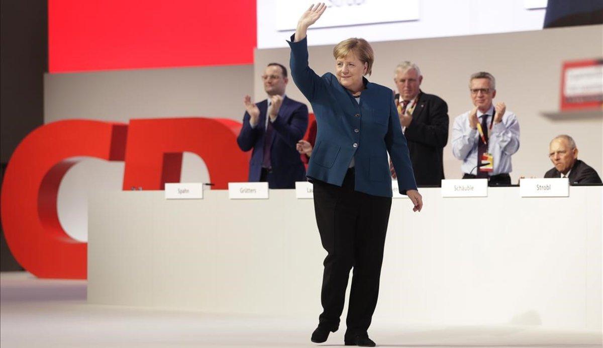 La cancillera alemana, Angela Merkel, se despide de los asistentes al congreso de la CDU, en Hamburgo.