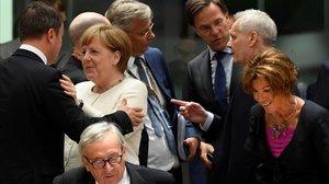 La cancillera Angela Merkel y el luxemburgués Xavier Bettel se saludan entre otros dirigentes europeos.