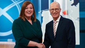 La candidata de Los Verde Katharina Fegebank y el socialdemócrata Peter Tschentscher se felicitan por el resultado en Hamburgo, este domingo.