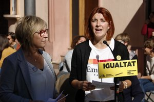 La candidata número dos de ERC en el Congreso, Carolina Telechea, y la candidata al Senado Mirella Cortés durante el acto de mujeres en Viladecans.