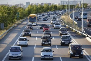 Caravana de vehículos en la autopista AP-7 (gestionada por Abertis), a la altura de La Roca del Vallès.