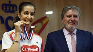 Carolina Marín, bicampiona mundial de bàdminton, amb el ministre d'Educació, Cultura i Esport, Íñigo Méndez de Vigo, a la seu del Consell Superior d'Esports.