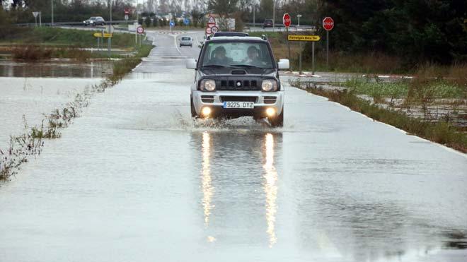 Carreteras afectadas por el temporal en varios puntos del Baix Empordà. En la foto, una imagen de Serra de Daró.