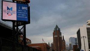Un cartel señala la cuenta atrás para el inicio de la convención demócrata, este domingo en Milwaukee.