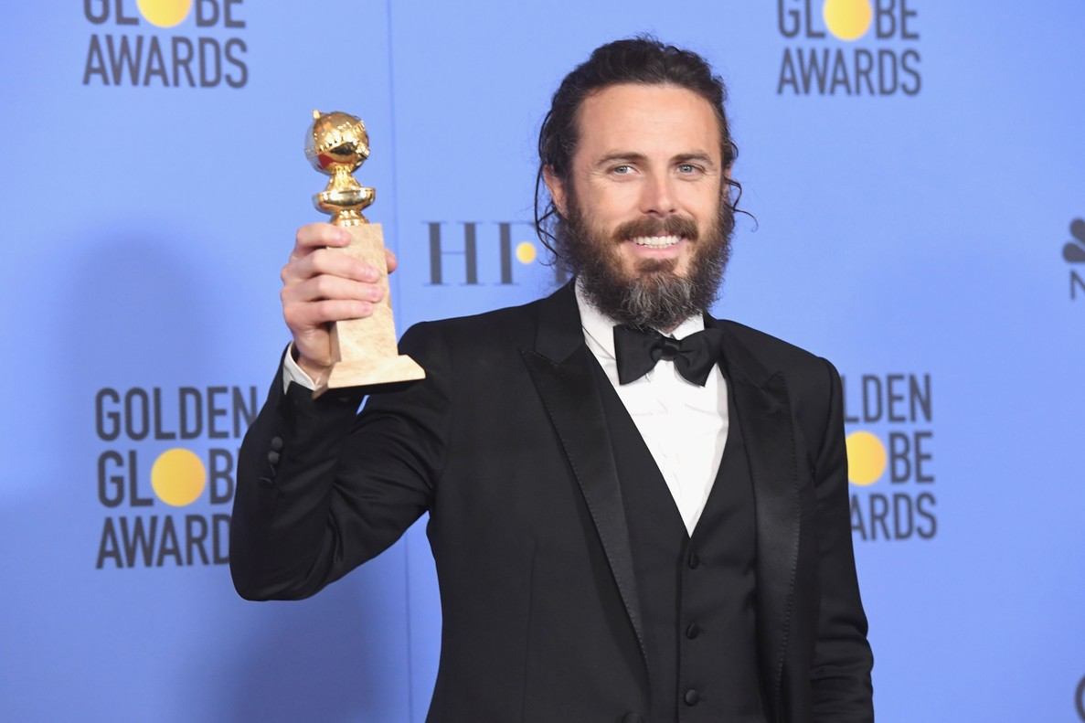 Casey Affleck muestra el Globo de Oro al mejor actor dramático por 'Manchester by the Sea'.