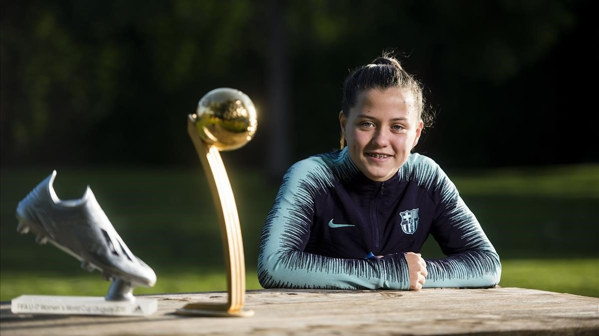 Claudia Pina posa en La Masia junto a la Bota de Plata y el Balón de Oro del mundial sub-17 femenino.