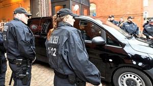 Un coche traslada a Carles Puigdemont desde la prisión de Neumünster hasta dependencias judiciales.