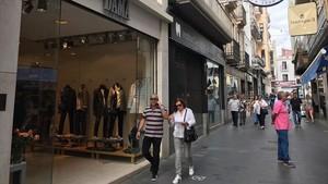 Comercios abiertos en carrer del Mar, de Badalona.