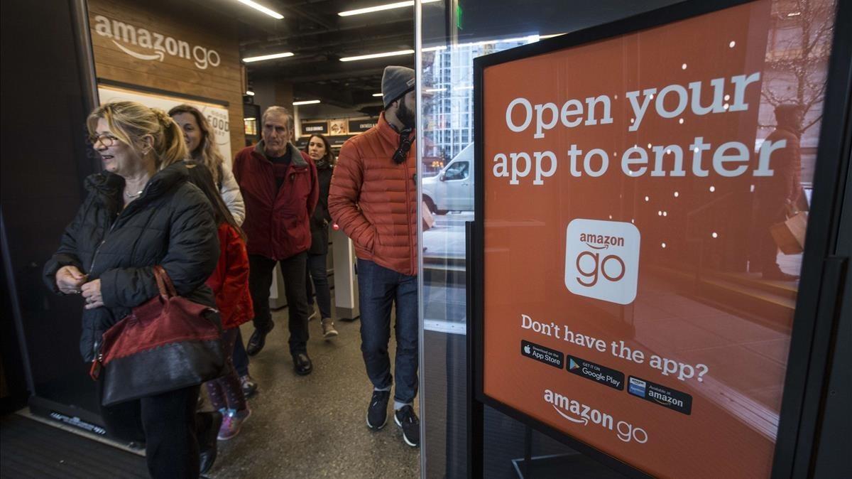 Compradores salen de la tienda de Amazon Go, en Seattle, este lunes.