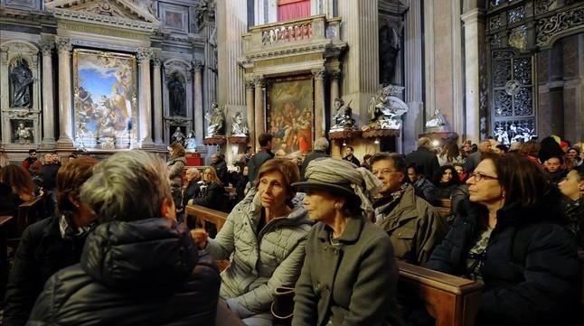 Concentración de personas en la capilla de San Gennaro, durante la protesta ciudadana, el 5 de marzo.