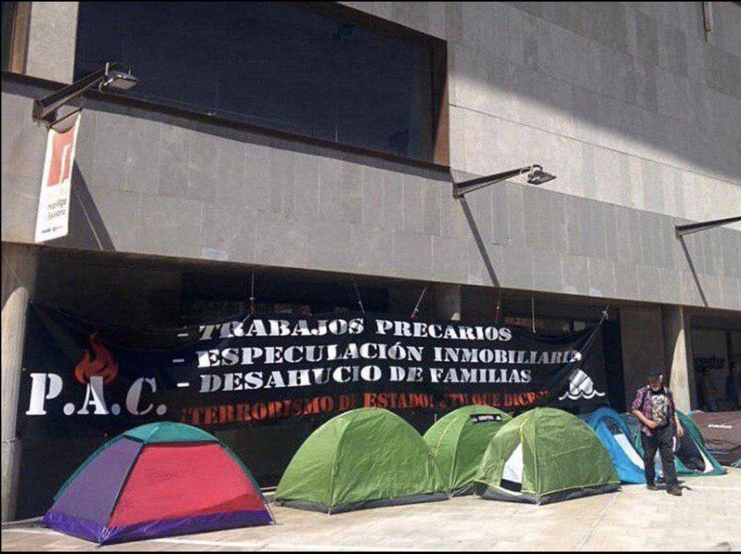 Reallotgen una de les famílies acampades des de fa una setmana a Badalona