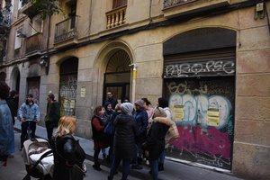 Desahucio en la calle de Sant Gil, 4, en el Raval.