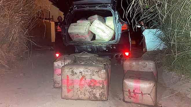 Detención de cuatro personas tras embestir a los agentes de la Guardia Civil cuando alijaban hachís en Estepona.