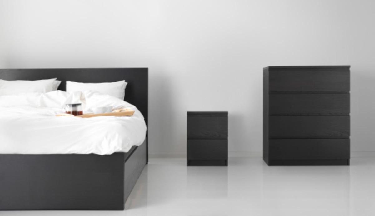 Dos modelos de cómodas Malm, junto a un armazón de una cama de la misma serie.