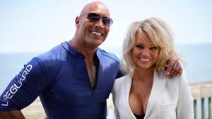 Dwayne, 'La Roca', Johnson ha anunciado el fichaje de Pamela Anderson para la versión cinematográfica de 'Los vigilantes de la playa' con una foto con ellaen Instagram.