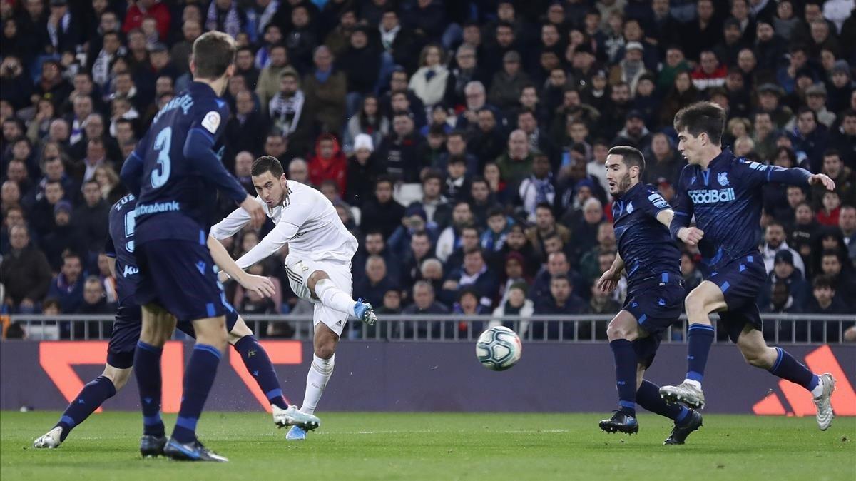 Eden Hazard prueba el disparo entre varios jugadores de la Real Sociedad.