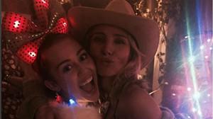Elsa Pataky y Miley Cyrus, en una imagen que ambas han colgado en sus respectivas cuentas de Instragram.