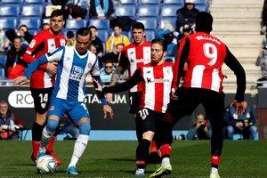 GRAF7909. CORNELLÁ DE LLOBREGAT(BARCELONA), 25/01/2020.- El delantero del Athletic de Bilbao Iker Muniain (2d), y el delantero del Espanyol Raúl de Tomás (i), durante el partido de LaLiga Santander correspondiente a la jornada 21 disputado este sábado en el RCDE Stadium. EFE/Toni Albir